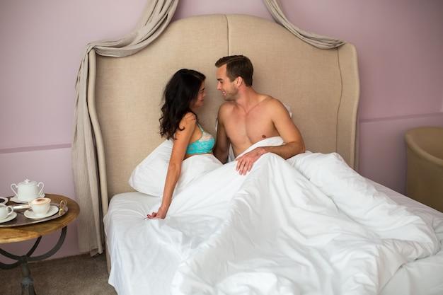 Кавказская пара в постели.