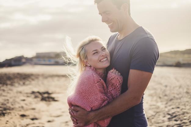백인 부부 사랑과 로맨틱 한 장면을 여행하고 행복과 기쁨과 함께 휴가를 보낼 준비가 된 오래 된 빈티지 캠핑카 내부. 금발의 아름다운 모델 누워 좋은 체재