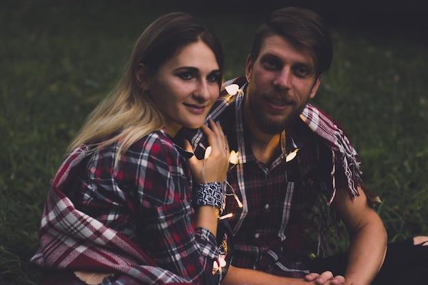 타탄 셔츠에 백인 커플 매력적인 여자와 수염 남자 서로 찾고