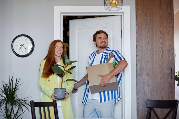 白人カップルが新しいアパートに引っ越す