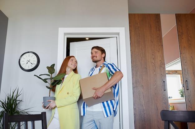 Кавказская пара переезжает в новую квартиру