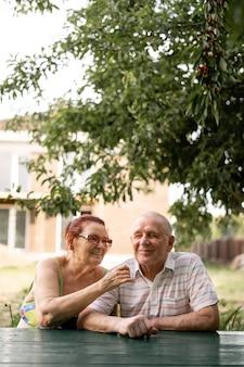 80年代のサイレント世代のcaucasianカップル。幸せなシニア健康な男性と女性
