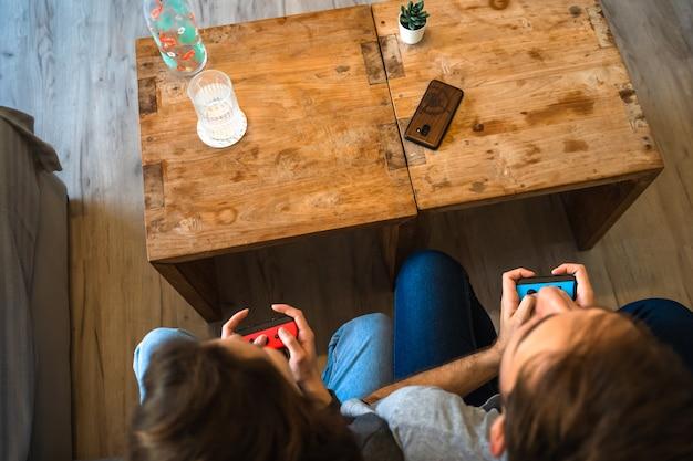 ビデオゲームをしている白人カップル。パルマデマヨルカ、スペイン