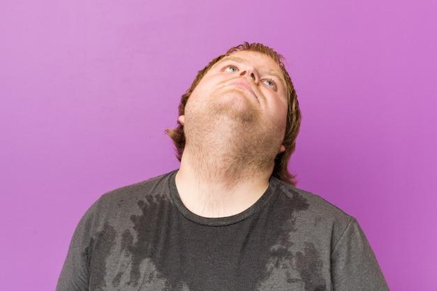 白人の狂った金髪の太った男が発汗