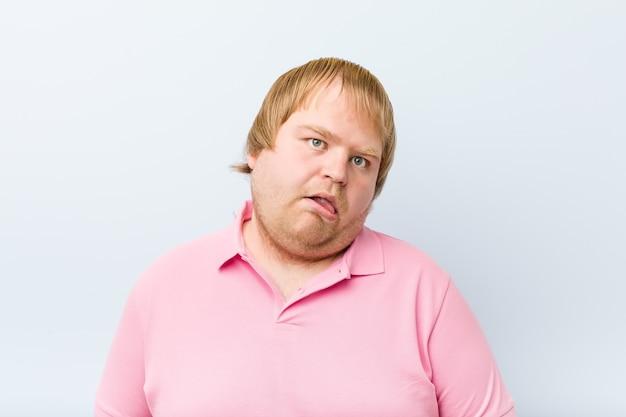 Кавказский сумасшедший блондин толстый мужчина