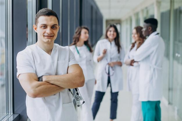 Кавказский врач мужчина стоял в коридоре больницы