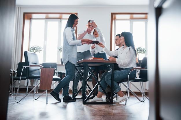 白人の民族性。教室で新しいプロジェクトに取り組んでいるビジネスマンとマネージャー