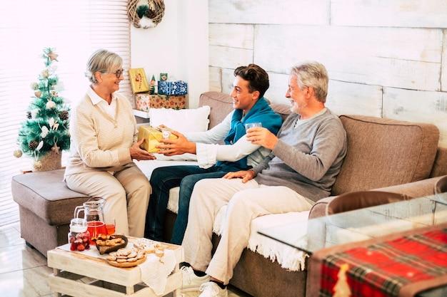 お互いに贈り物を共有する白人家族
