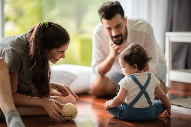 小さな赤ちゃん、かわいい子供、または生まれたばかりの娘の女の子の子供時代の白人の父と母の家族は、愛、女性と男性のカップルの家族と一緒に家で幸せです