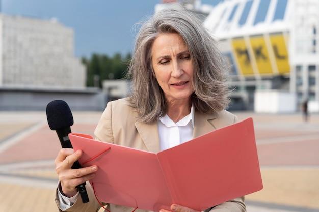 屋外の白人女性ジャーナリスト