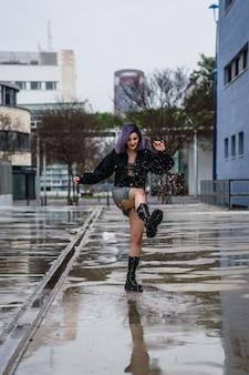 도로 비에서 물을 가지고 노는 백인 여성
