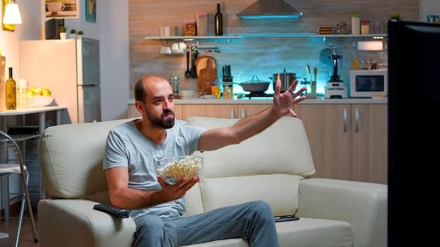 Кавказский футбольный болельщик наблюдает за победой своей команды