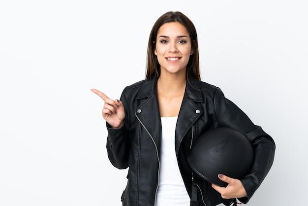 オートバイのヘルメットを保持している白人の女の子