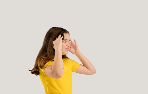 흰 벽 copyspace 어린 시절 교육 감정 개념에 고립 된 백인 여자