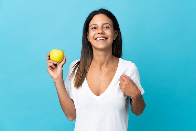 リンゴで隔離され、幸せな白人の女の子