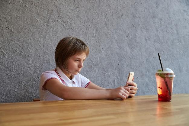 Кавказская девушка использует смартфон для серфинга в интернете в кафе, коммуникационные технологии