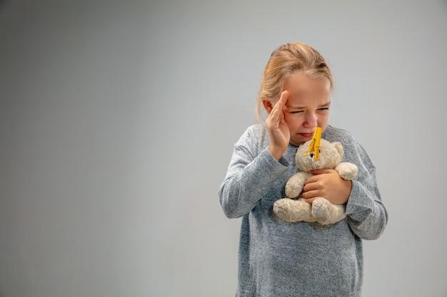 Кавказская девушка с застежкой для защиты органов дыхания от загрязнения воздуха