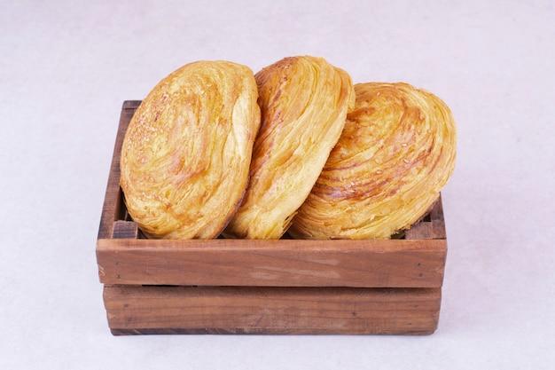 Кавказские булочки гогал в деревянном подносе.