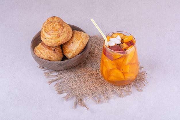 Кавказский гогаль со стаканом фруктового сока.