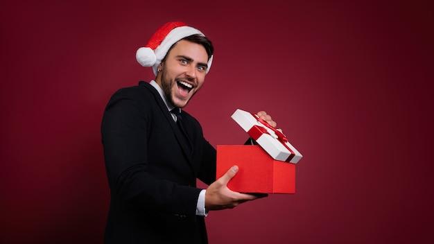 빨간 스웨터와 산타 모자에 백인 남자