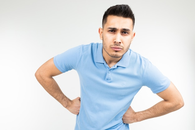 Кавказский красавец в голубой футболке стоял в позе и ничем не уступал на белом студийном фоне.