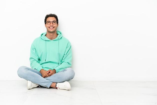 안경과 행복 바닥에 앉아 백인 잘 생긴 남자
