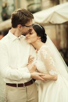 Кавказская счастливая романтическая молодая пара празднует свой брак
