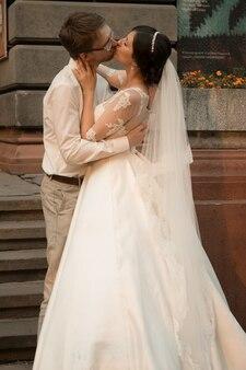 彼らの結婚を祝う白人の幸せなロマンチックな若いカップル