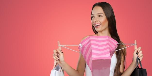 쇼핑백과 백인 행복 한 젊은 여자