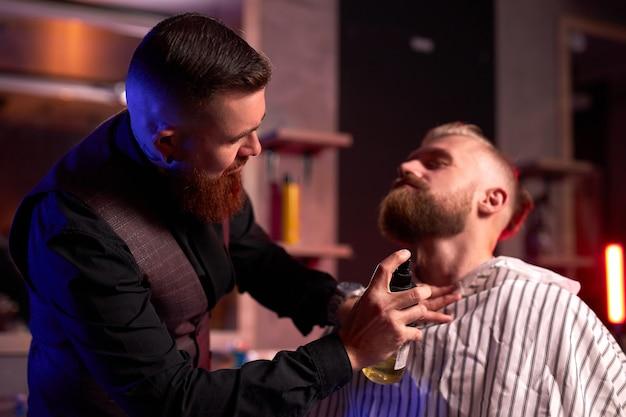 Кавказский хипстерский клиент человек, посещающий парикмахерскую