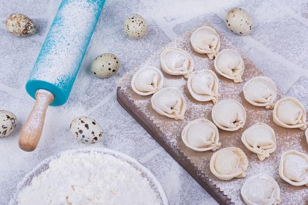 Ripieni di pasta khinkali caucasici sulla superficie grigia