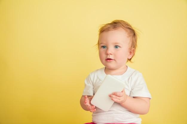 백인 어린 소녀, 노란색 스튜디오에 고립 된 어린이