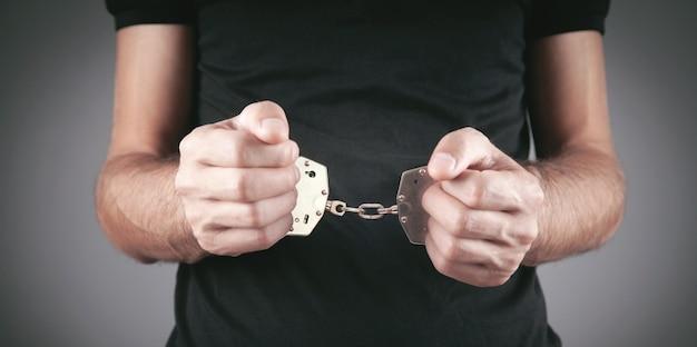 Кавказские мужские руки в наручниках. арест