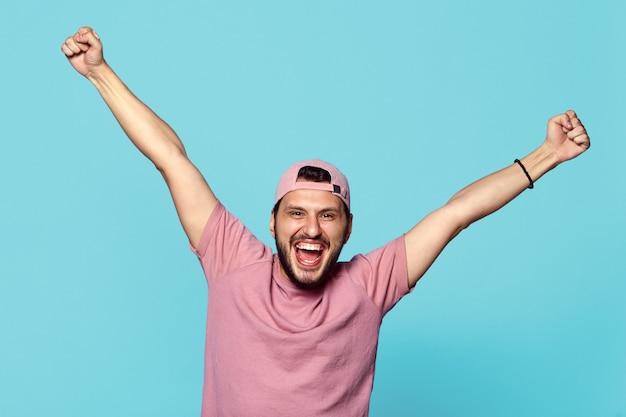 파란색 벽에 행복과 비명을 손을 잡고 백인 남성