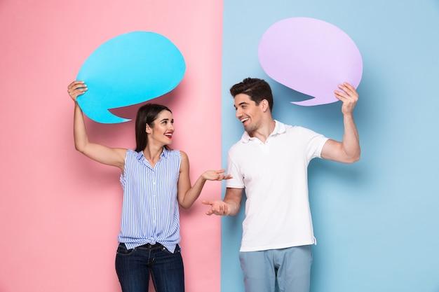 백인 남자와 여자 발표 copyspace 배너를 들고, 화려한 벽 위에 절연