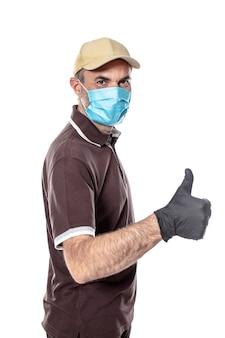 Кавказский курьер мужчина с маской и перчатками. концепция безопасности доставки.