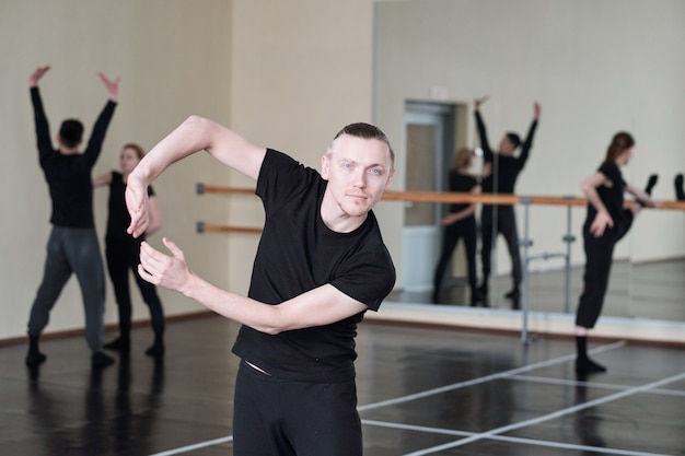 Кавказский мужчина танцует портрет