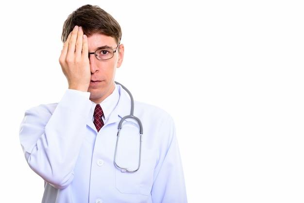 孤立して立っている白人男性医師