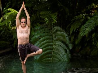 バリ島でヨガをしている白人男性