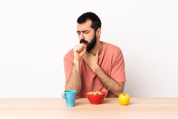 백인 남자가 많은 기침 테이블에서 아침 식사