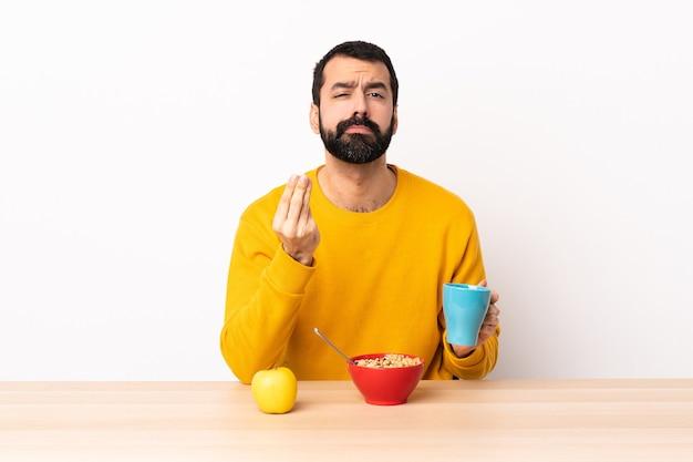백인 남자 이탈리아어 제스처를 만드는 테이블에서 아침 식사.