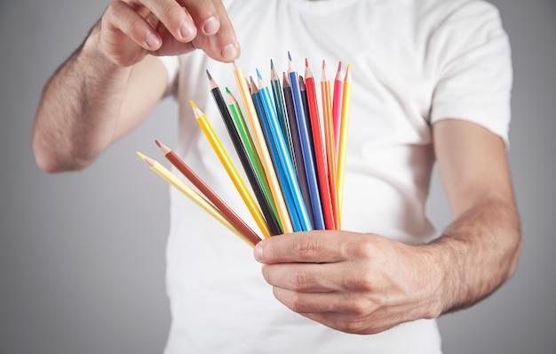 色鉛筆を持っている白人男性。