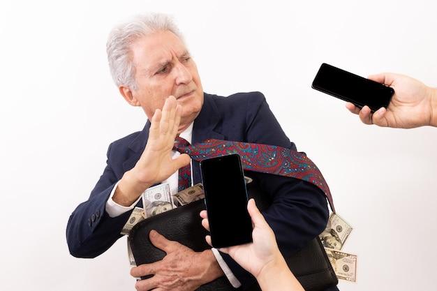 お金だらけのスーツケースを持った白人男性、暴走表情。