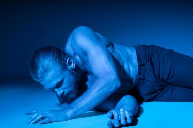 Кавказский мужчина в голубых тонах