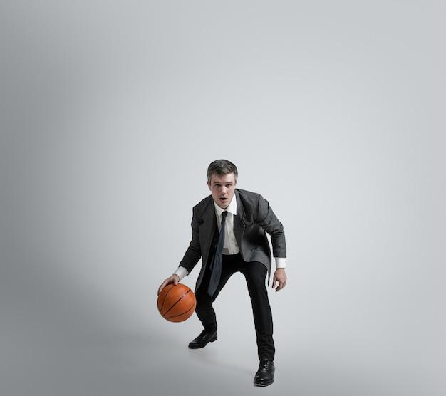 Кавказский человек в тренировке офисной одежды изолирован на серой стене