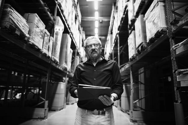 Un uomo caucasico sta controllando l'inventario delle scorte