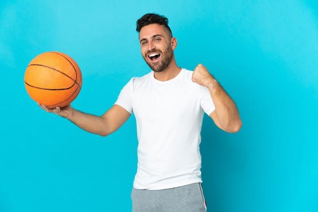 농구하는 파란색 배경에 고립 된 백인 남자