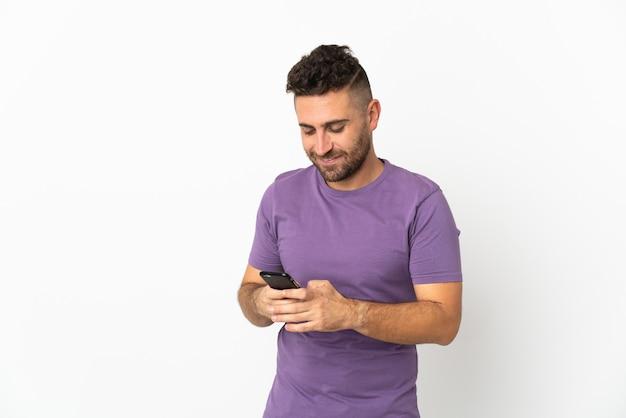 모바일 메시지를 보내는 흰색 배경에 고립 된 백인 남자