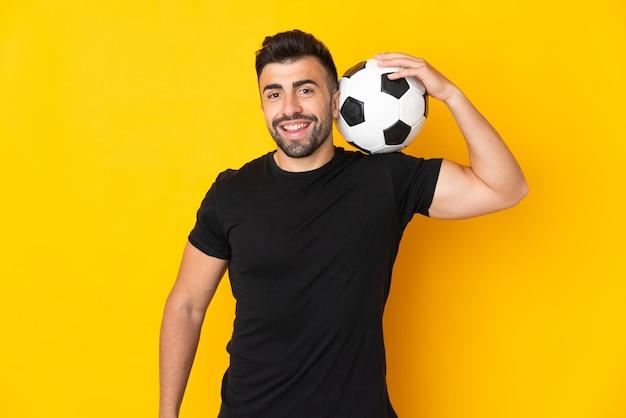 축구 공으로 고립 된 노란색 이상 백인 남자