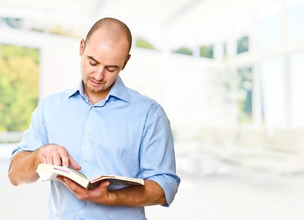 Кавказский мужчина читает книгу